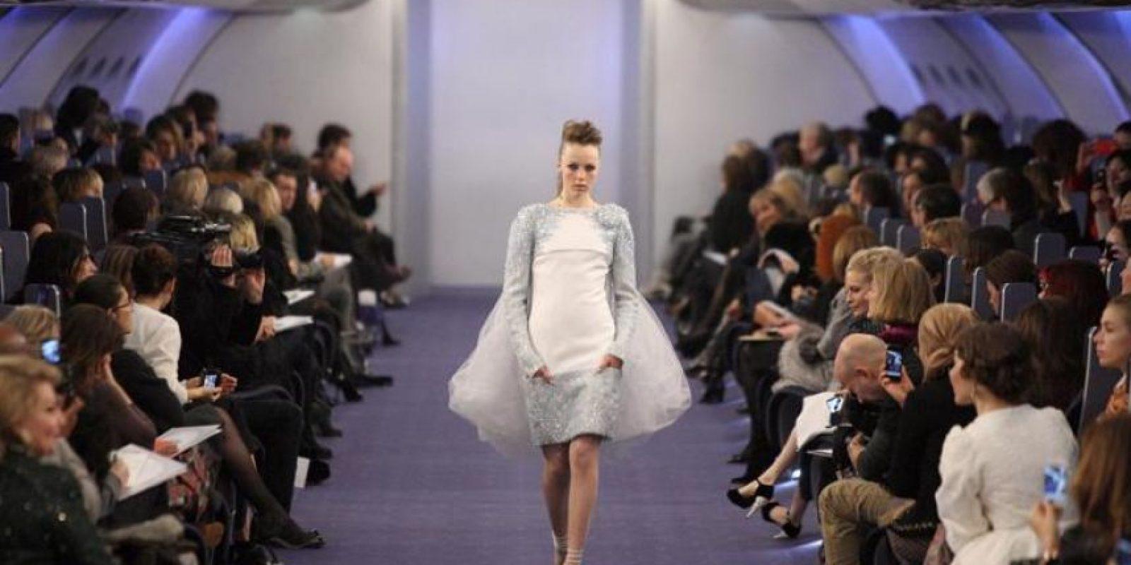 Una modelo presenta una creación del diseñador alemán Karl Lagerfeld para Chanel durante un desfile celebrado en el ámbito de la Semana de la Alta Costura para la primavera-verano de 2012 de París (Francia). Foto:EFE