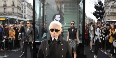 El diseñador alemán Karl Lagerfeld posa durante la presentación de su colección KARL, en venta únicamente por internet. Foto:EFE