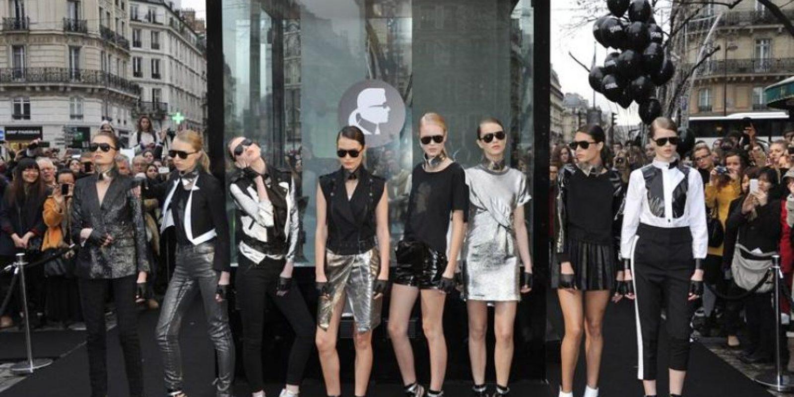 Unas modelos posan durante la presentación de la colección KARL que coincidió con la tercera y última jornada de desfiles de Alta Costura de París. Foto:EFE