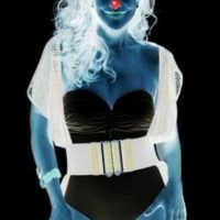 Mire fijamente el punto rojo de la mujer por 30 segundos. Ahora mire una superficie blanca mientras parpadea. Foto:Publimetro.cl