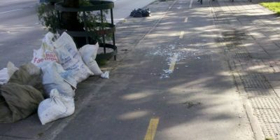 Esta foto corresponde a la NQS con Cl83 (Polo) en el tramo entre la Cl74 y la Cl80 es común encontrar la ciclorruta sucia de repuestos, escombros y vídrios abandonados por los comerciantes del 7 de Agosto. Foto:Andrés Núñez