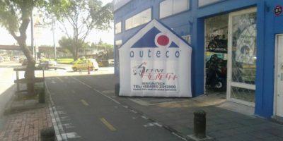 Con frecuencia, negocios invaden el espacio público con sus avisos inflables con este en la NQS con Cl67. Foto:Andrés Núñez