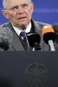 El ministro alemán de Finanzas, Wolfgang Schäuble, ofrece hoy una conferencia de prensa tras la aprobación a un segundo rescate para Grecia de 130.000 millones de euros durante una reunión maratoniana de titulares de Economía y Finanzas de la zona euro en la sede de la Unión Europea en Bruselas, Bélgica. EFE