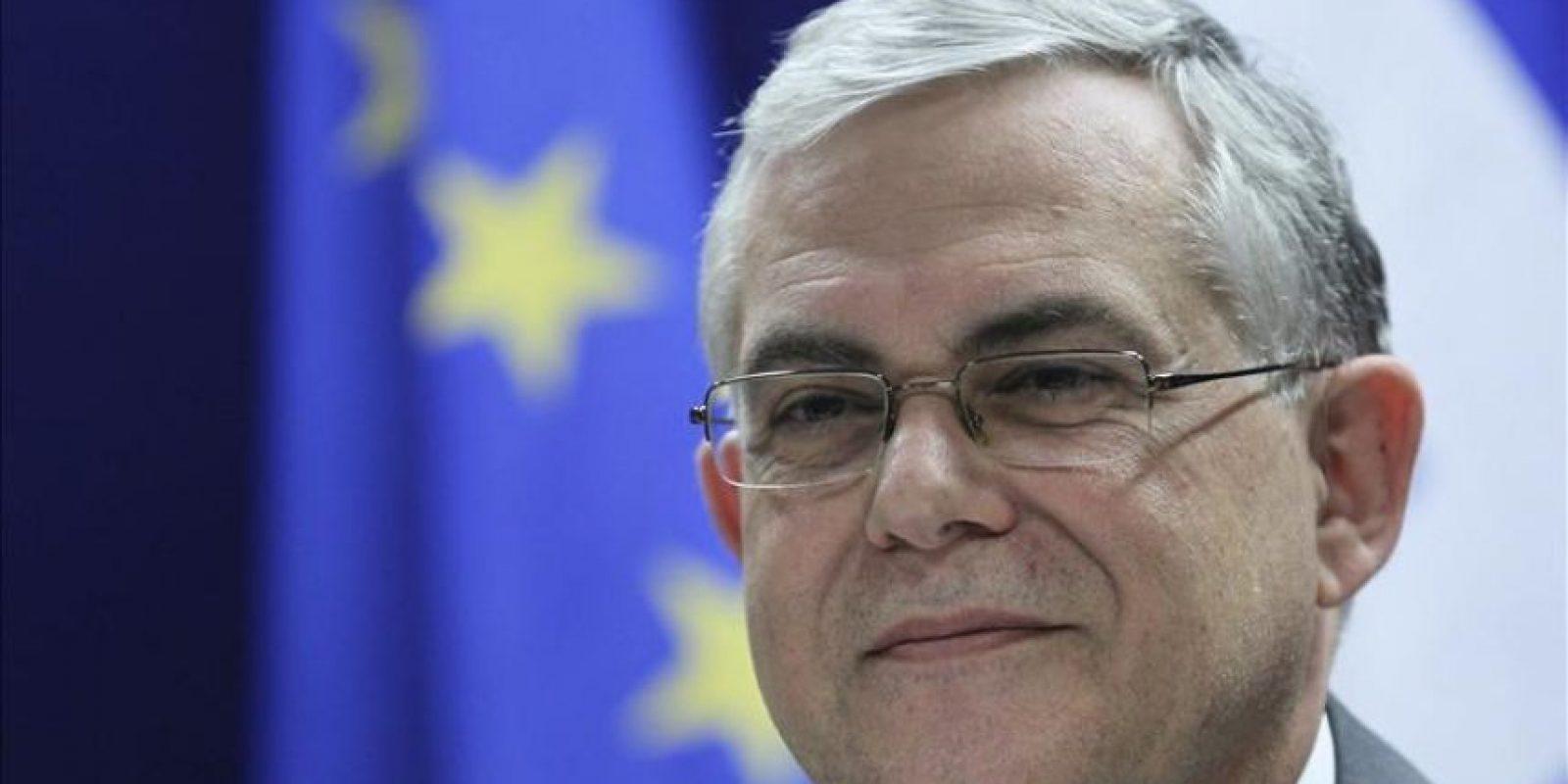 El primer ministro griego, Lukás Papadimos, ofrece hoy una conferencia de prensa tras recibir luz verde a un segundo rescate de 130.000 millones de euros hasta 2014 durante una reunión maratoniana de titulares de Economía y Finanzas de la zona euro en la sede de la Unión Europea en Bruselas, Bélgica. EFE