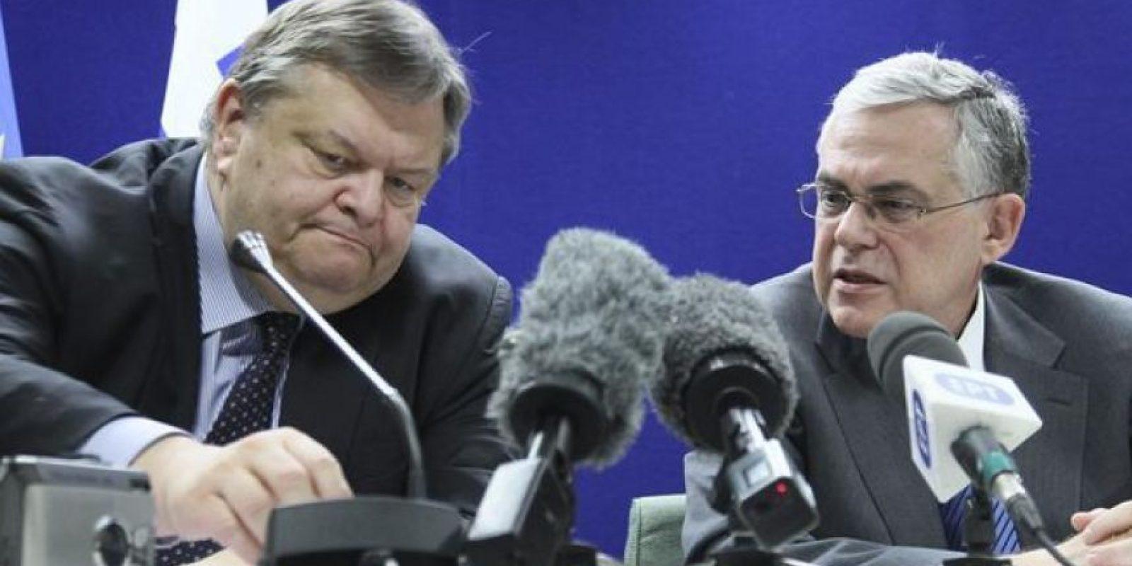 El primer ministro griego, Lukás Papadimos (d), y el ministro de Finanzas de Grecia, Evangelos Venizelos (i), ofrecen hoy una conferencia de prensa tras recibir luz verde a un segundo rescate de 130.000 millones de euros hasta 2014 durante una reunión maratoniana de titulares de Economía y Finanzas de la zona euro en la sede de la Unión Europea en Bruselas, Bélgica. EFE