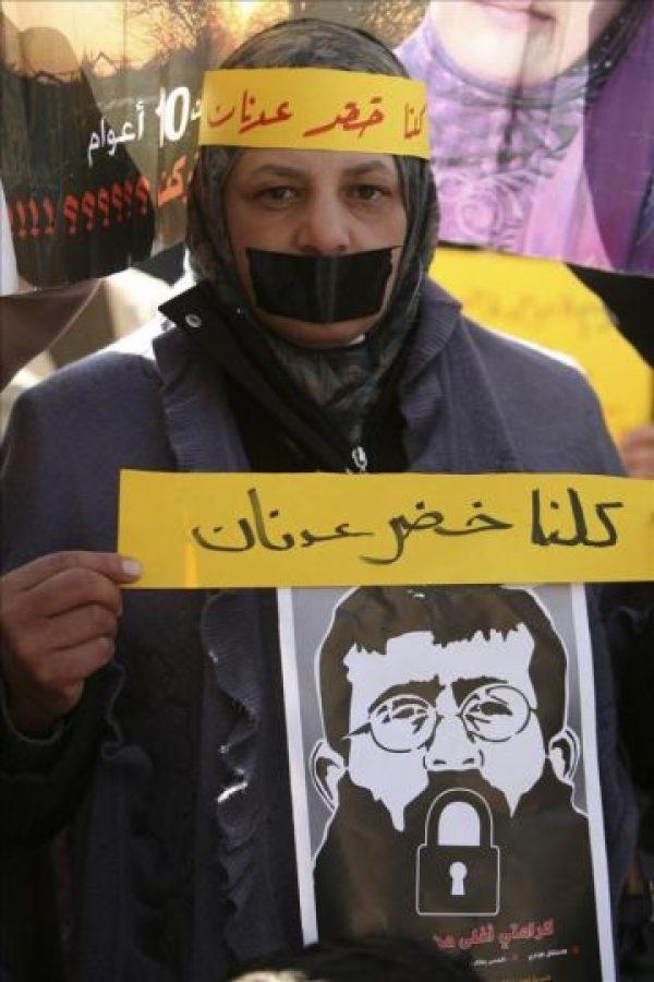 Palestinos muestran carteles con la imagen del preso palestino Jader Adnan, detenido sin cargos desde diciembre pasado por el Ejército israelí, durante una protesta para pedir su liberación, en Hebrón, Cisjordania, hoy, martes, 21 de febrero de 2012. EFE