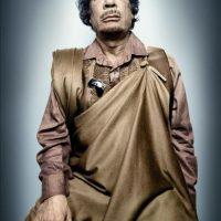"""Imagen facilitada por la galería Westlicht de Viena de una fotografía del antiguo líder libio Muamar el Gadafi, que posó sentado en un taburete envuelto en joyas y oropeles mientras lanzaba a la cámara una mirada hosca, incluido en la exposición """"Platon, Las caras del poder"""" del fotógrafo ruso del semanario estadounidense The New Yorker, Platon Antoniou. EFE"""