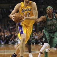 El español Pau Gasol (i) de Los Ángeles Lakers dribla a Paul Pierce (d) de Boston Celtics, durante un partido de la NBA jugado en el TD Garden de Boston (EE.UU.). EFE/Archivo