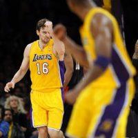 El español Pau Gasol (i), jugador de los Ángeles Lakers, señala a su compañero Kobe Bryant (d), tras marcar frente a los Portland Trail Blazers, a quienes derrotaron (103-92) en el partido de la NBA disputado en el Staples Center de Los Ángeles, California (Estados Unidos). EFE