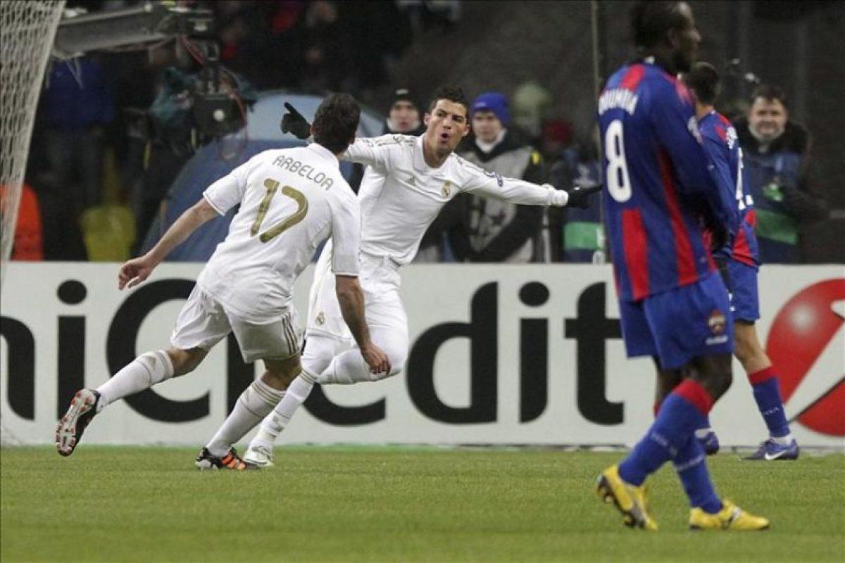 El delantero portugués del Real Madrid Cristiano Ronaldo (2i) es felicitado por su compañero Álvaro Arbeloa (i) después de marcar el 0-1 durante el partido de ida de octavos de final de la Liga de Campeones que enfrentó a su equipo contra el CSKA Moscú en Moscú, Rusia. EFE