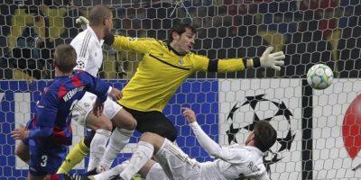 El portero del Real Madrid, Iker Casillas (c), encaja un gol marcado por Pontus Wernbloom (i), del CSKA Moscú, durante el partido de ida de octavos de final de la Liga de Campeones que sus equipos disputaron en Moscú, Rusia. El partido finalizó 1-1. EFE