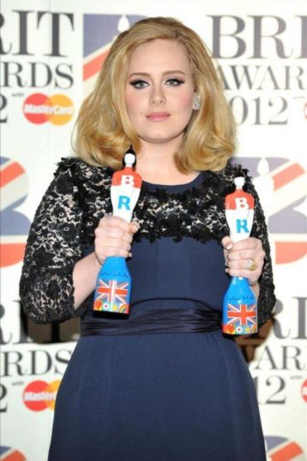 La cantante británica Adele posa con sus premios a Mejor Álbum y Mejor Cantante Femenina durante la ceremonia de los premios Brit de la música en el O2 Arena de Londres (Reino Unido). EFE