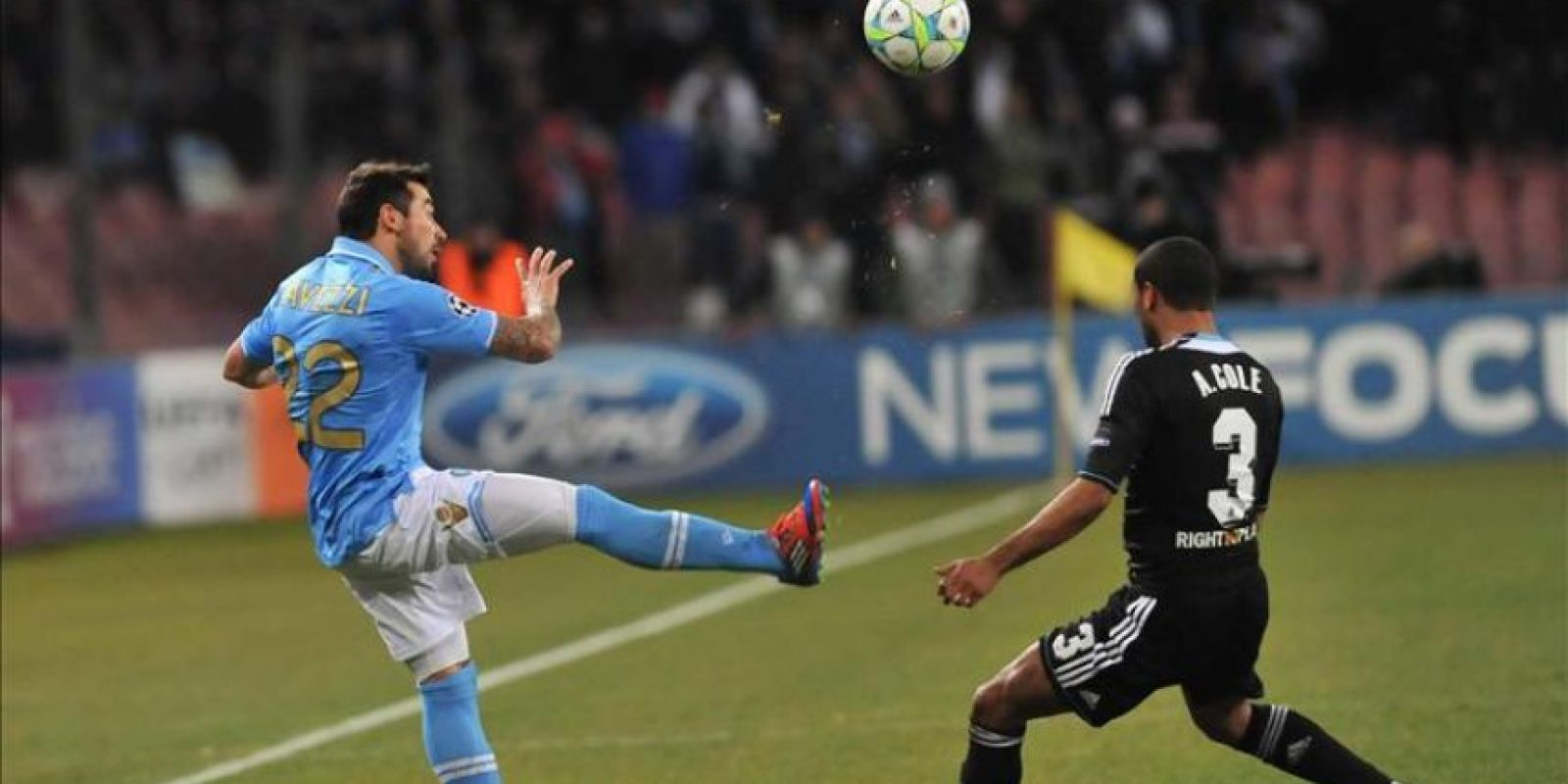 El jugador de Chelsea, Ashley Cole (d), disputa el balón con Ezequiel Lavezzi (i), del Nápoles durante el juego de la Liga de Campeones en es estadio San Paolo en Nápoles (Italia). EFE
