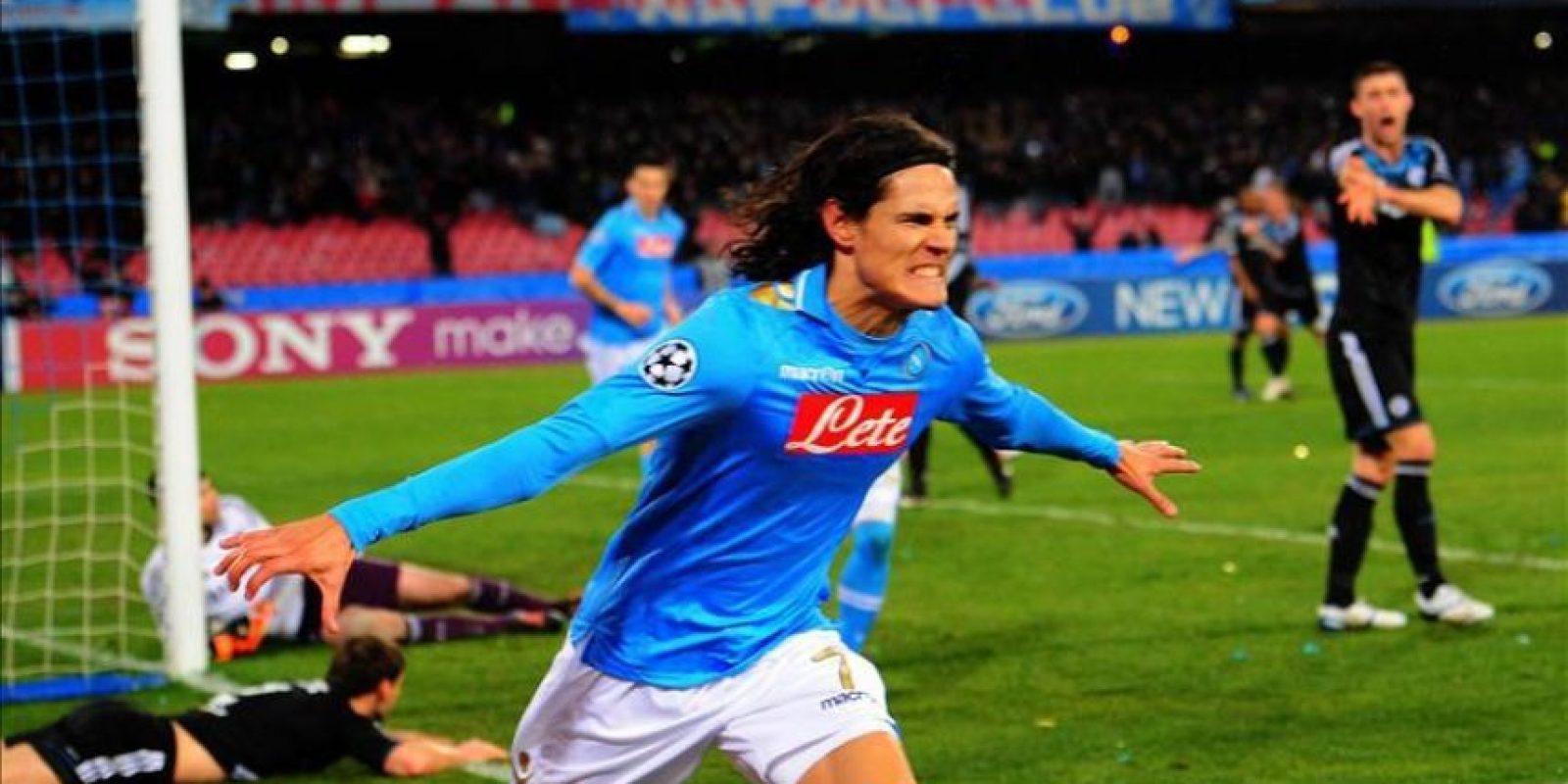 El jugador del Nápoles, Edinson Cavani (c), celebra una anotación ante Chelsea durante el juego de la Liga de Campeones en el estadio San Paolo en Nápoles (Italia). EFE