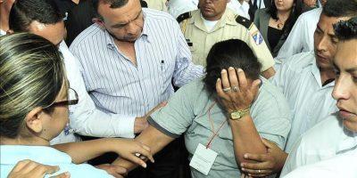 El presidente de Honduras, Porfirio Lobo (c-i), habla con Petrona Morena (c), madre de un recluso que falleció en el incendio de la granja penal de Comayagua, tras desmayarse durante la visita del mandatario al Instituto Nacional de Informacion Profesional (INFOP) en Tegucigalpa (Honduras). EFE