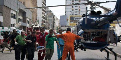 Un herido es trasladado hoy, miércoles 22 de febrero de 2012, tras el accidente de un tren en Buenos Aires (Argentina). Al menos 340 personas resultaron heridas a consecuencia del choque y descarrilamiento de un tren en una de las tres estaciones ferroviarias más concurridas de la ciudad. Foto:EFE/Damian Dopacio