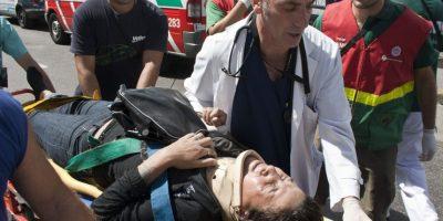 Una mujer herida es trasladada hoy, miércoles 22 de febrero de 2012, tras el accidente de un tren en Buenos Aires (Argentina).
