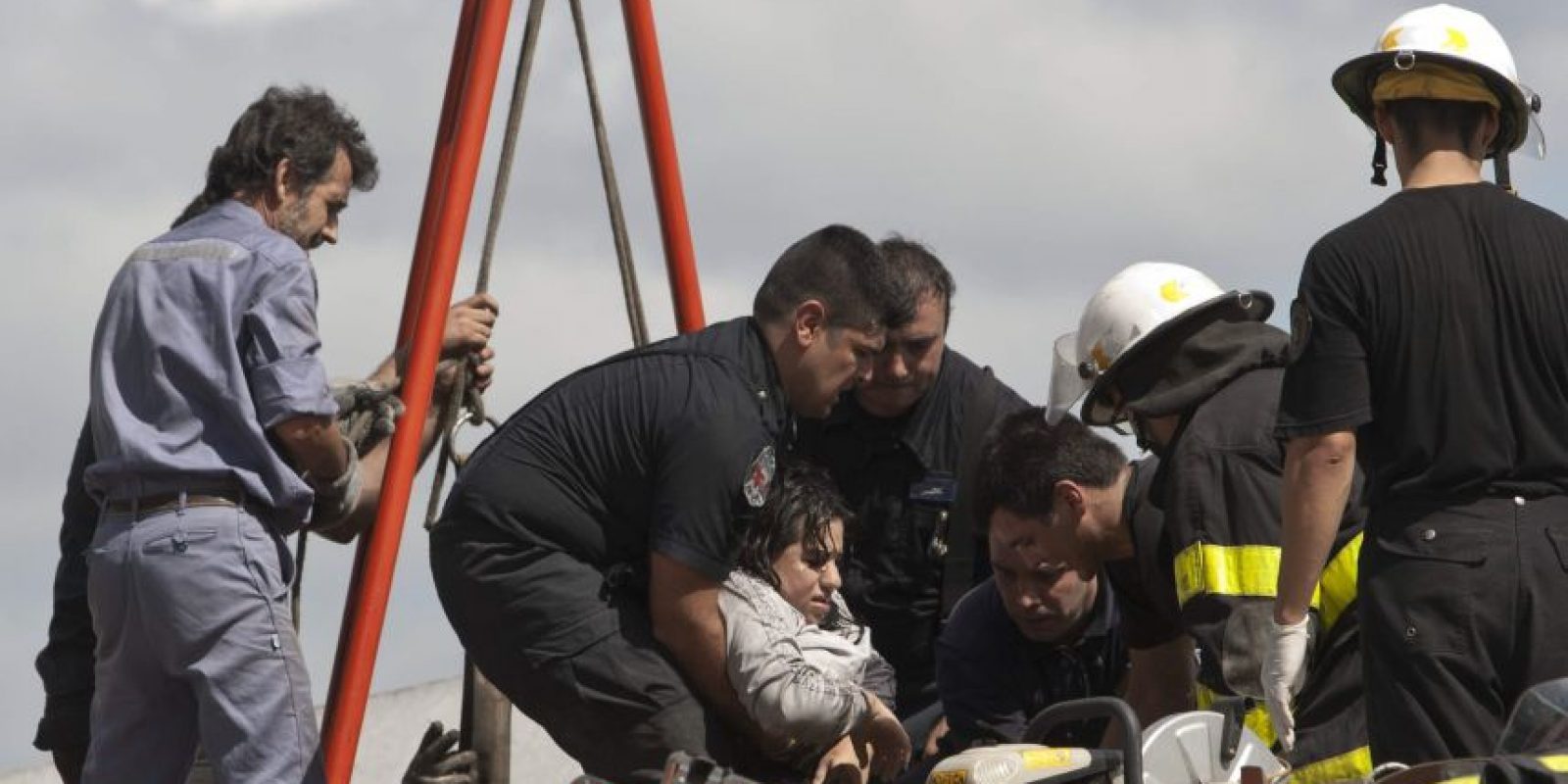 Una persona es rescatada hoy, miércoles 22 de febrero de 2012, tras el accidente de un tren en Buenos Aires (Argentina).