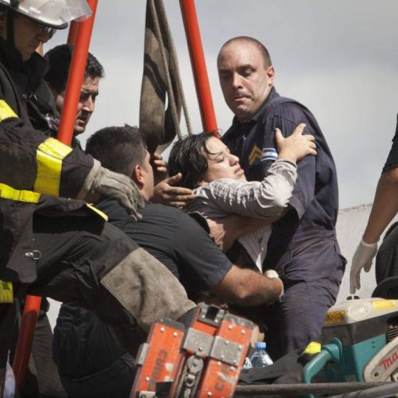 Una persona es rescatada hoy, miércoles 22 de febrero de 2012, tras el accidente de un tren en Buenos Aires (Argentina). Foto:EFE