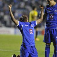 El jugador Edixon Perea (i) del Cruz Azul de México celebra una anotación ante el deportivo Táchira de Venezuela este 21 de febrero, durante un juego correspondiente a la Copa Libertadores que se juega en el Estadio Azul de Ciudad de México (México). EFE