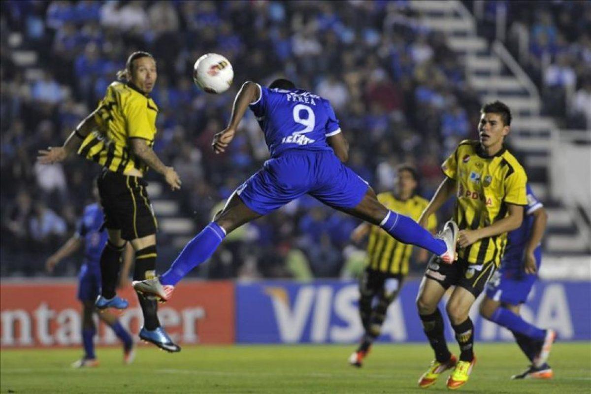 El jugador Edixon Perea (c) del Cruz Azul de México anota su segundo gol ante el deportivo Táchira de Venezuela hoy, martes 21 de febrero de 2012, durante un juego correspondiente a la Copa Libertadores en el Estadio Azul de Ciudad de México (México) . EFE