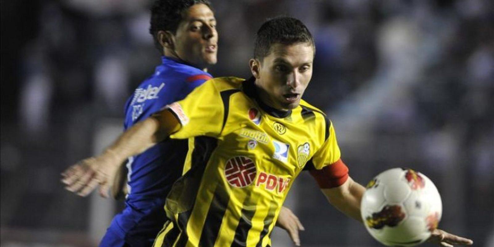 El jugador Alejandro Vela (atrás) del Cruz Azul de México disputa el balón con Gerzón Chacón (frente) del deportivo Táchira de Venezuela este 21 de febrero, durante un juego correspondiente a la Copa Libertadores en el Estadio Azul de Ciudad de México (México). EFE