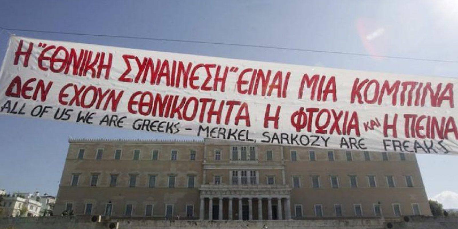 Manifestantes griegos protestan en frente del Parlamento durante una marcha convocada por asociaciones de trabajadores contra las medidas de austeridad del Gobierno en Atenas el pasado domingo. EFE