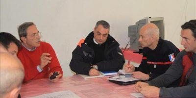 Miembros de la comisión encargada del rescate de víctimas del naufragio del Costa Concordia, en la isla italiana de Giglio, reunidos hoy, miércoles, 22 de febrero de 2012. EFE