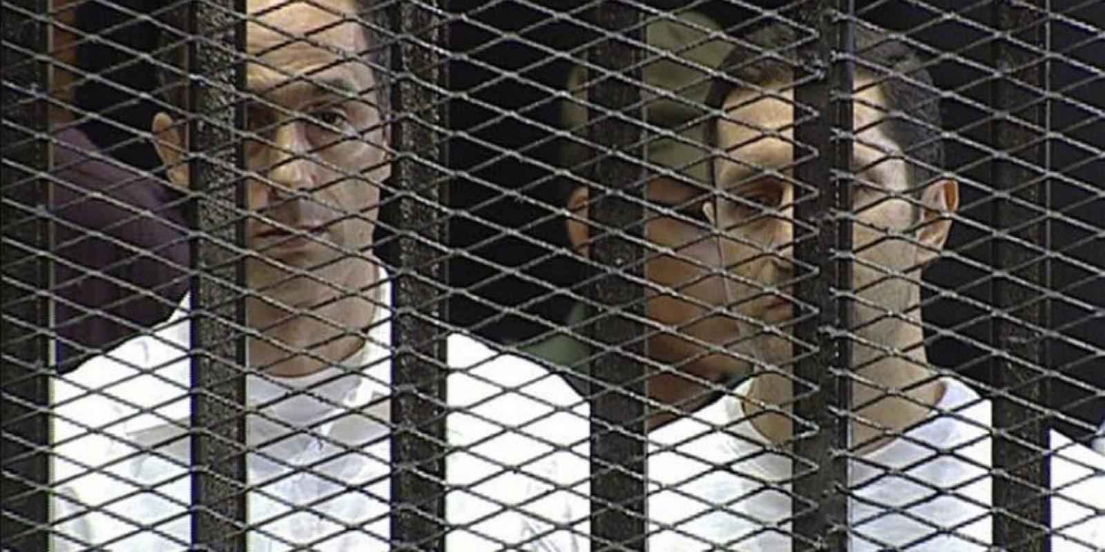 Imagen de archivo fechada el día 3 de agosto de 2011 en la que se ve a los hijos del ex presidente egipcio Hosni Mubarak Gamal (i) y Alaa (d), durante el juicio seguido contra ellos en El Cairo, Egipto. La sentencia contra el expresidente Mubarak, acusado de estar implicado en la matanza de manifestantes durante la revolución que le depuso en 2011, y en casos de corrupción, se dará a conocer el próximo 2 de junio, según la televisión estatal egipcia el día 22 de febrero de 2012. EFE