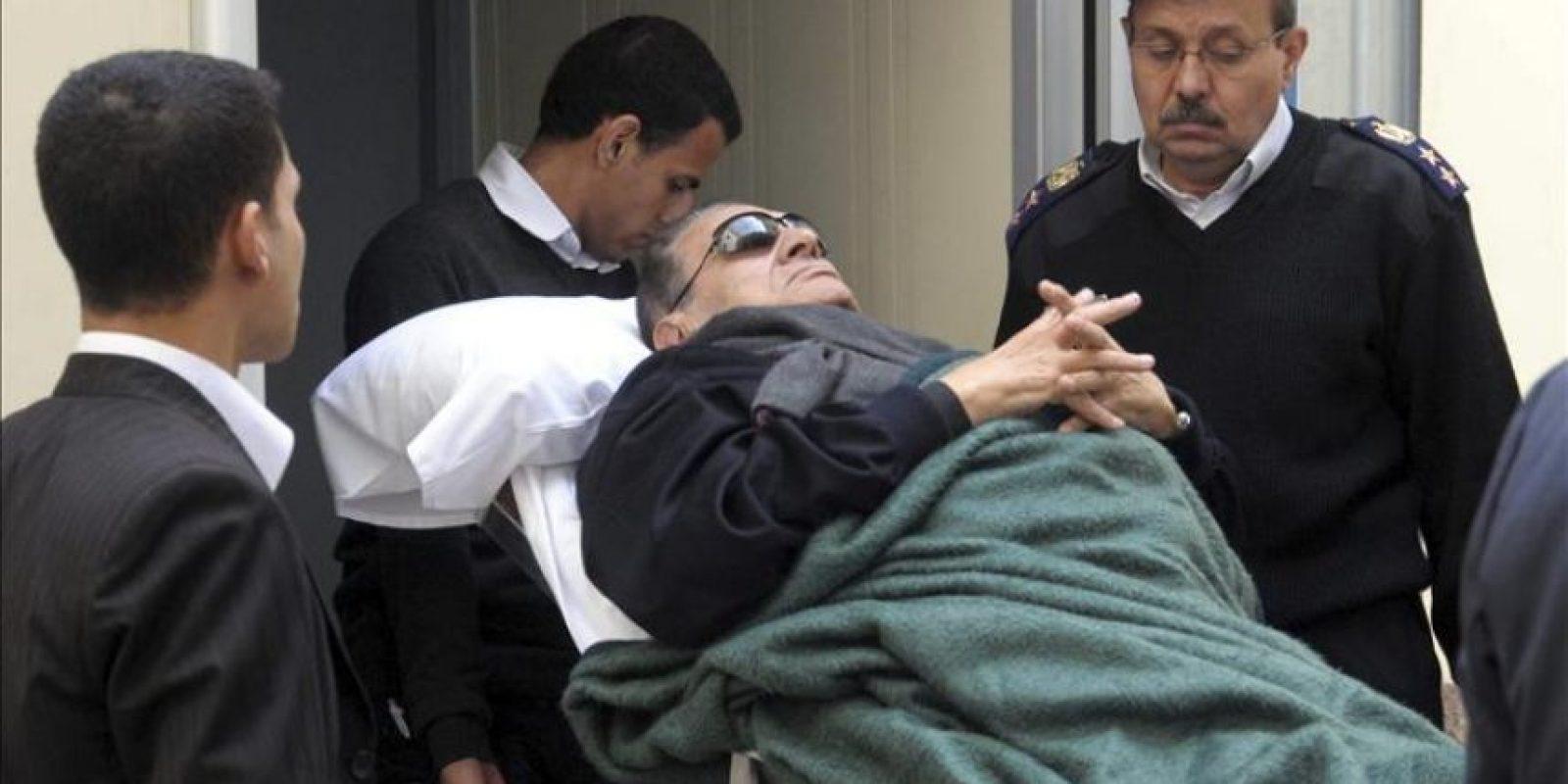 Imagen de archivo fechada el día 2 de enero de 2012 en la que se ve al ex presidente egipcio Hosni Mubarak saliendo del juzgado de El Cairo, Egipto. La sentencia contra el expresidente Mubarak, acusado de estar implicado en la matanza de manifestantes durante la revolución que le depuso en 2011, y en casos de corrupción, se dará a conocer el próximo 2 de junio, según la televisión estatal egipcia. EFE