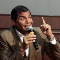 El presidente ecuatoriano, Rafael Correa, habla este 22 de febrero, durante una rueda de prensa en el Palacio presidencial, en Quito (Ecuador). EFE