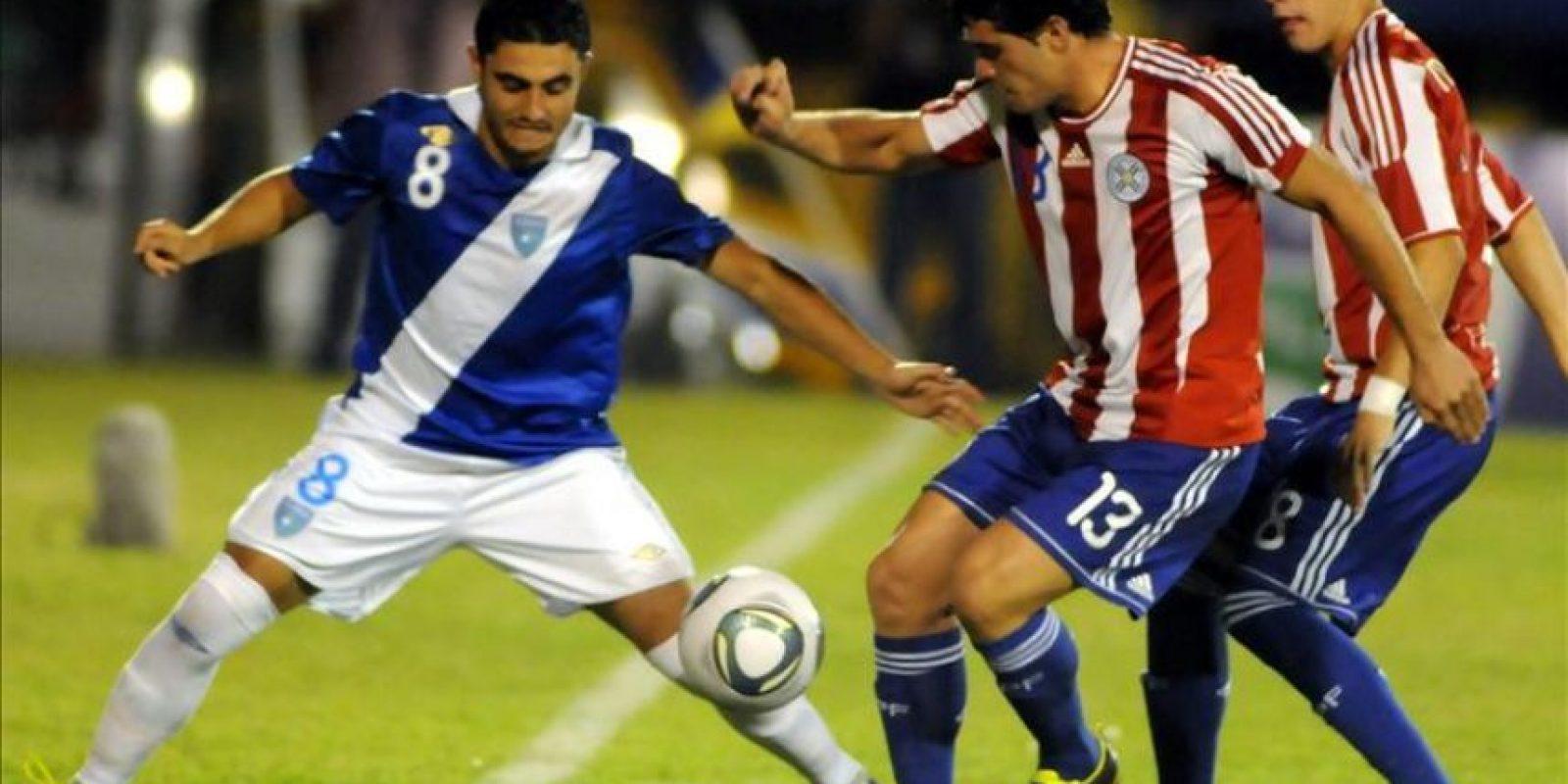Los jugadores de la selección de Paraguay Ricard Salinas (c) y Jorge Mendoza (d) disputan el balón con Pedro Samayao (i) de Guatemala este 22 de febrero, durante el partido amistoso entre ambas selecciones que se disputa en la localidad de Luque, a 15 kilómetros de Asunción (Paraguay). EFE