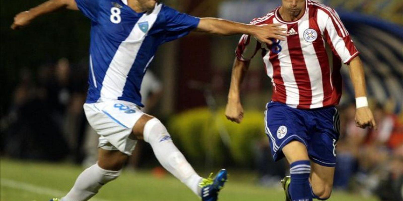 El jugador de la selección de Guatemala Pedro Samayoa (i) disputa el balón con Jorge Mendoza (d), de Paraguay, este 22 de febrero, durante el partido amistoso entre ambas selecciones que se disputa en la localidad de Luque, a 15 kilómetros de Asunción (Paraguay). EFE