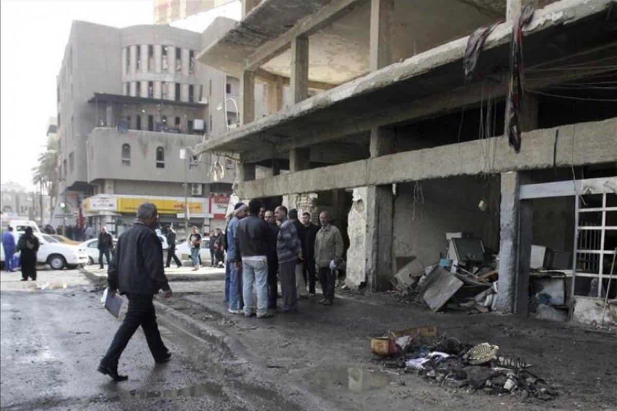 Varias personas se concentran tras la explosión de una bomba en la Plaza Kahramana, en el centro de Bagdad, Irak, hoy, jueves 23 de febrero de 2012. EFE