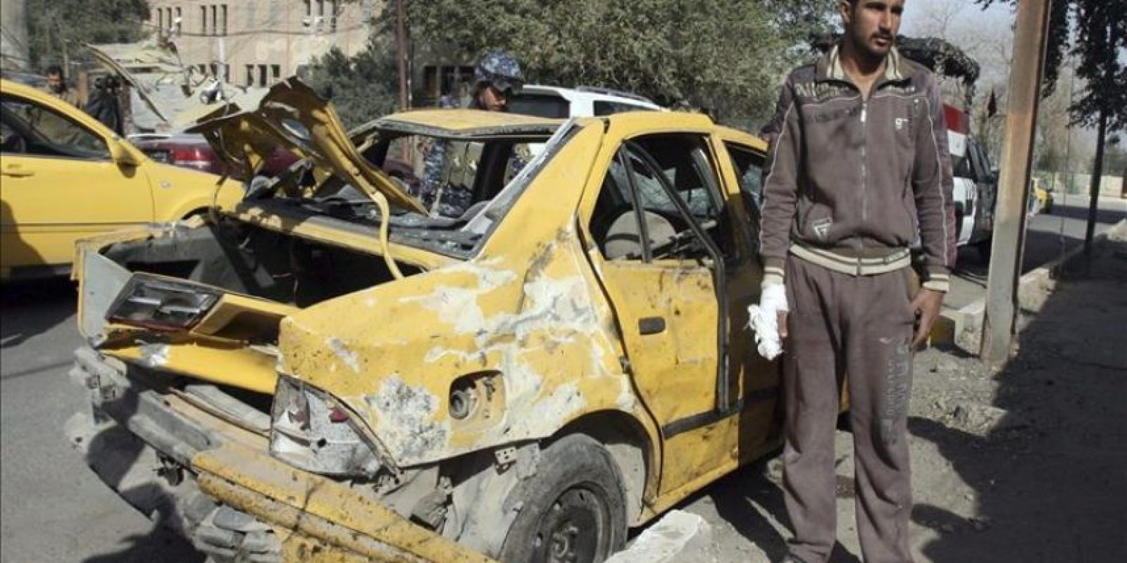 Un herido permanece junto a su vehículo, que resultó dañado en un ataque con coche bomba en el céntrico y comercial barrio de Karrada, en Irak, hoy, jueves 23 de febrero de 2012. EFE