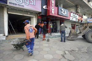 Trabajadores municipales remueven los escombros tras un ataque con bomba perpetrado en la plaza Kahramana de Bagdad, Irak, hoy, jueves 23 de febrero de 2012. EFE