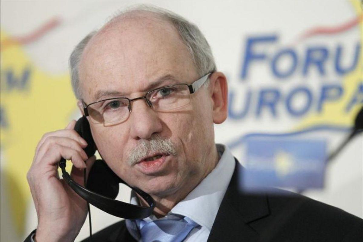 """El comisario europeo para Programación Financiera y Presupuesto, Janusz Lewandowski, escucha la traducción simultánea en unos auriculares durante el encuentro organizado hoy en Madrid por Fórum Europa, en la que ha asegurado que España """"cumple los requisitos"""" por la credibilidad de sus reformas para que haya más flexibilidad en los objetivos de su déficit público. EFE"""