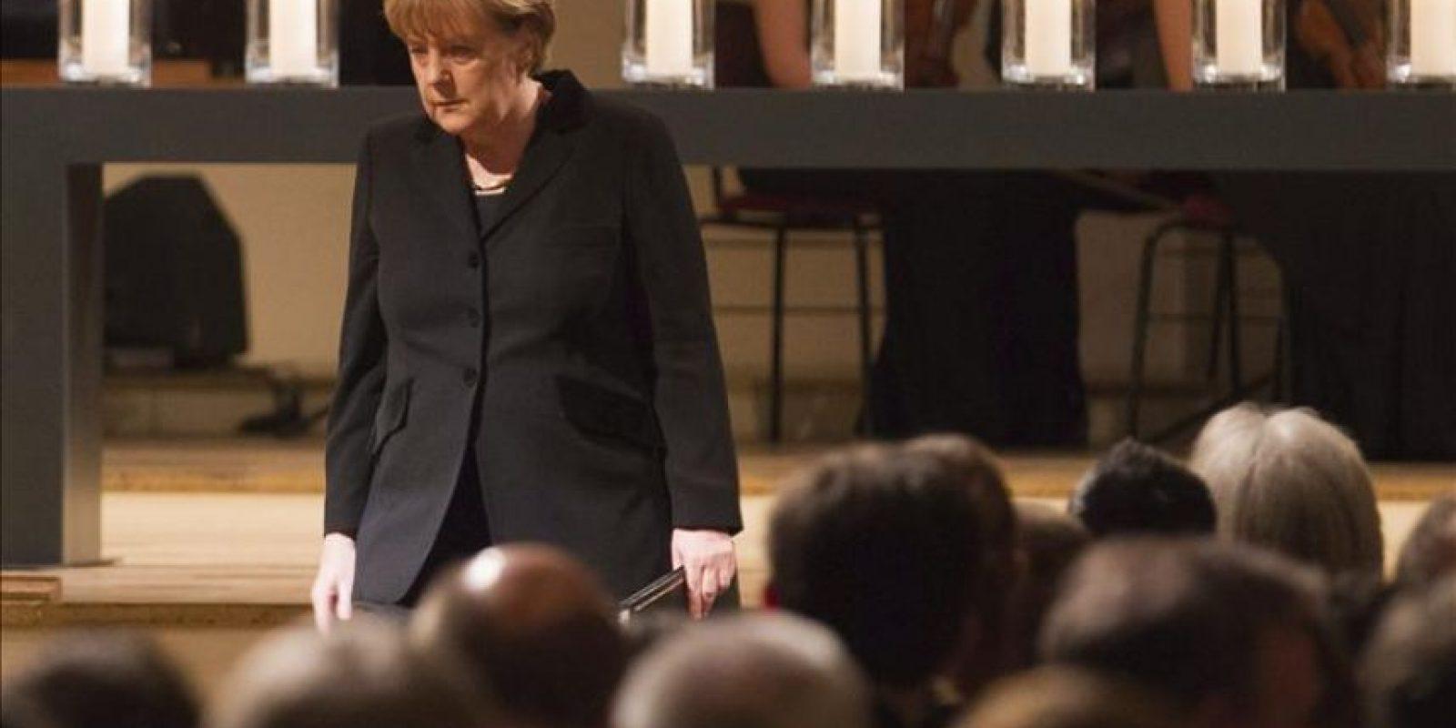 La canciller alemana, Angela Merkel, durante el acto de homenaje a las diez víctimas mortales -nueve extranjeros y una policía- del comando terrorista neonazi descubierto el pasado noviembre y cuya existencia conmocionó a Alemania, celebrado en la Konzerthaus, en Berlín (Alemania) hoy, jueves 23 de febrero de 2012. EFE