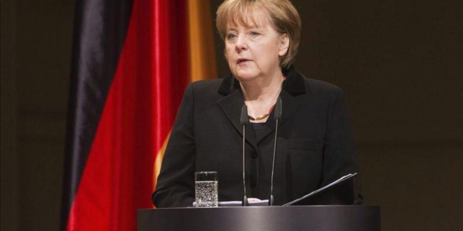 La canciller alemana, Angela Merkel, da un discurso durante el acto de homenaje a las diez víctimas mortales -nueve extranjeros y una policía- del comando terrorista neonazi descubierto el pasado noviembre y cuya existencia conmocionó a Alemania, celebrado en la Konzerthaus, en Berlín (Alemania) hoy, jueves 23 de febrero de 2012. EFE