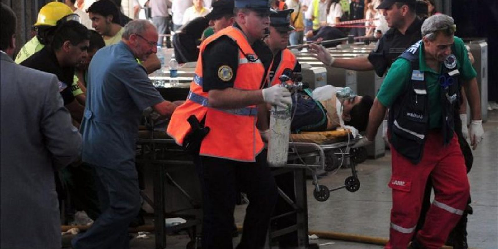 Un herido es trasladado en camilla tras el accidente de un tren en Buenos Aires (Argentina). EFE