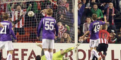 El centrocampista del Athletic de Bilbao Iker Muniain (d) tras marcar el primer gol de su equipo ante el guardameta de Lokomotiv de Moscú, el brasileño Guilherme (en el suelo), durante el partido de vuelta de los dieciseisavos de final de la Liga Europa que disputaron ambos equipos en el estadio de San Mamés. EFE