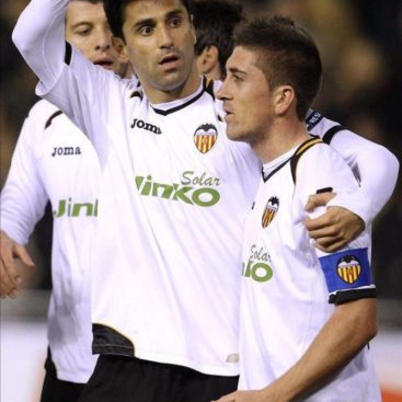 El delantero brasileño Jonas Gonzalves (i) celebra con su compañero Pablo Hernández el gol marcado al Stoke City, el primero de su equipo, durante el partido de vuelta de los dieciseisavos de final de la Liga Europa que disputaron en el estadio de Mestalla. EFE