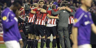Los jugadores del Athletic de Bilbao celebran en el centro del campo la clasificación para la siguiente ronda, al vencer 1-0 al Lokomotiv de Moscú, en el partido de vuelta de los dieciseisavos de final de la Liga Europa que disputaron en el estadio de San Mamés. EFE