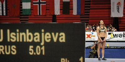 La rusa Yelena Isinbayeva celebra después de ganar la competencia de salto con pértiga durante la reunión atlética en pista cubierta de Estocolmo (Suecia). EFE