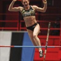 La rusa Yelena Isinbayeva en acción para ganar la competencia de salto con pértiga durante la reunión atlética en pista cubierta de Estocolmo (Suecia). EFE