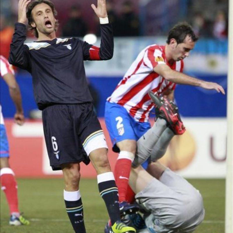 El jugador del Lazio Stefano Mauri (i) se lamenta de una jugada ante el Atlético de Madrid, en partido correspondiente a la vuelta de los dieciseisavos de final de la Liga Europa que se disputó en el estadio Vicente Calderón. EFE