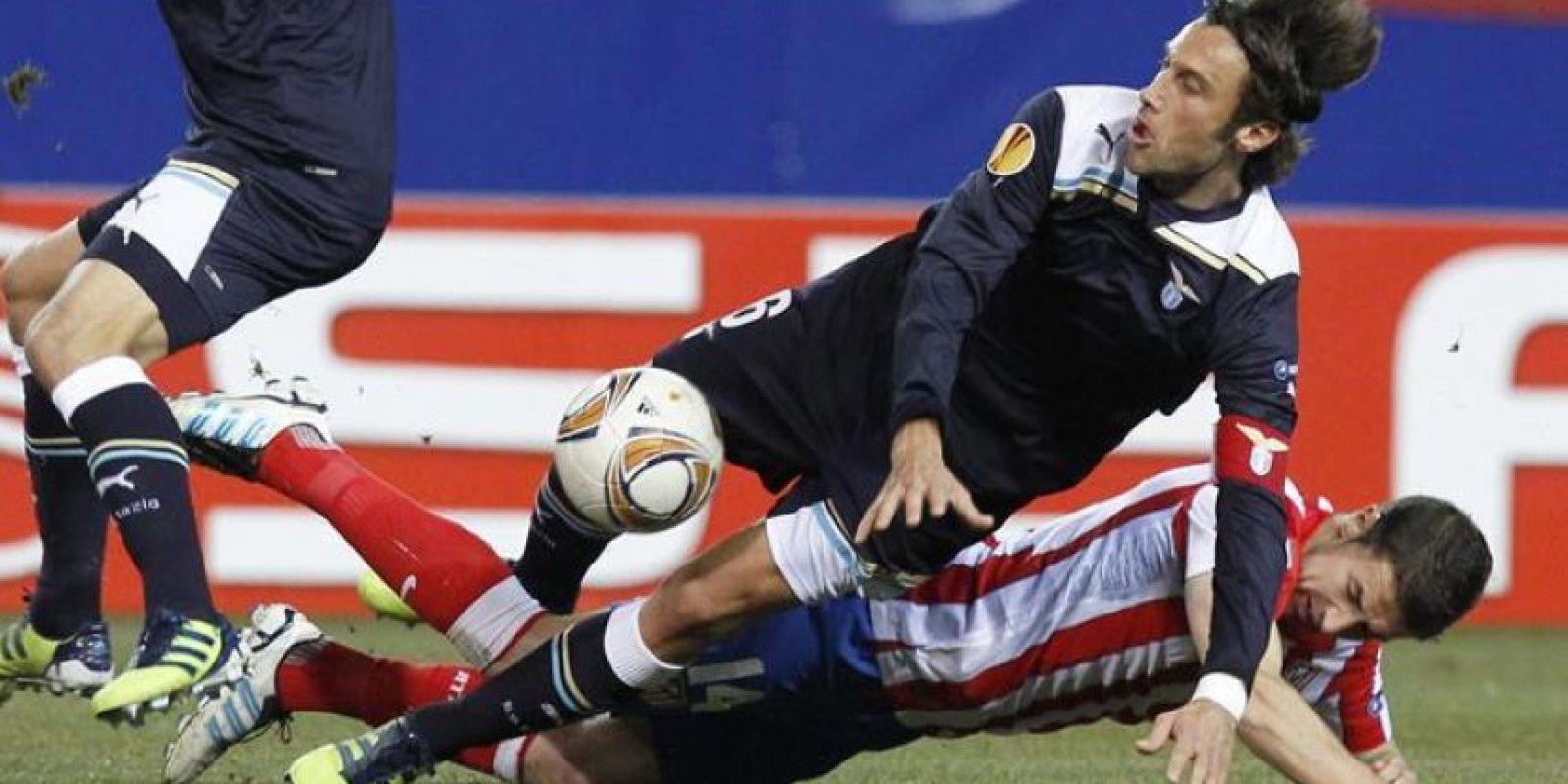 Los jugadores Stefano Mauri, del Lazio, y Gabriel Fernández 'Gabi', del Atlético de Madrid, durante el partido correspondiente a la vuelta de los dieciseisavos de final de la Liga Europa que se disputó en el estadio Vicente Calderón. EFE
