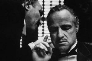 En 1973 Marlon Brando rechazó el Oscar a mejor actor por su rol en El Padrino, argumentando que EU y especialmente Hollywood discriminaban a las Americanos Nativos. Por ello, no se presentó a la ceremonia, pero envió a una mujer india falsa que se hacía llamar Sacheen Littlefeather y más tarde resultó ser María Cruz una poco conocida actriz californiana.
