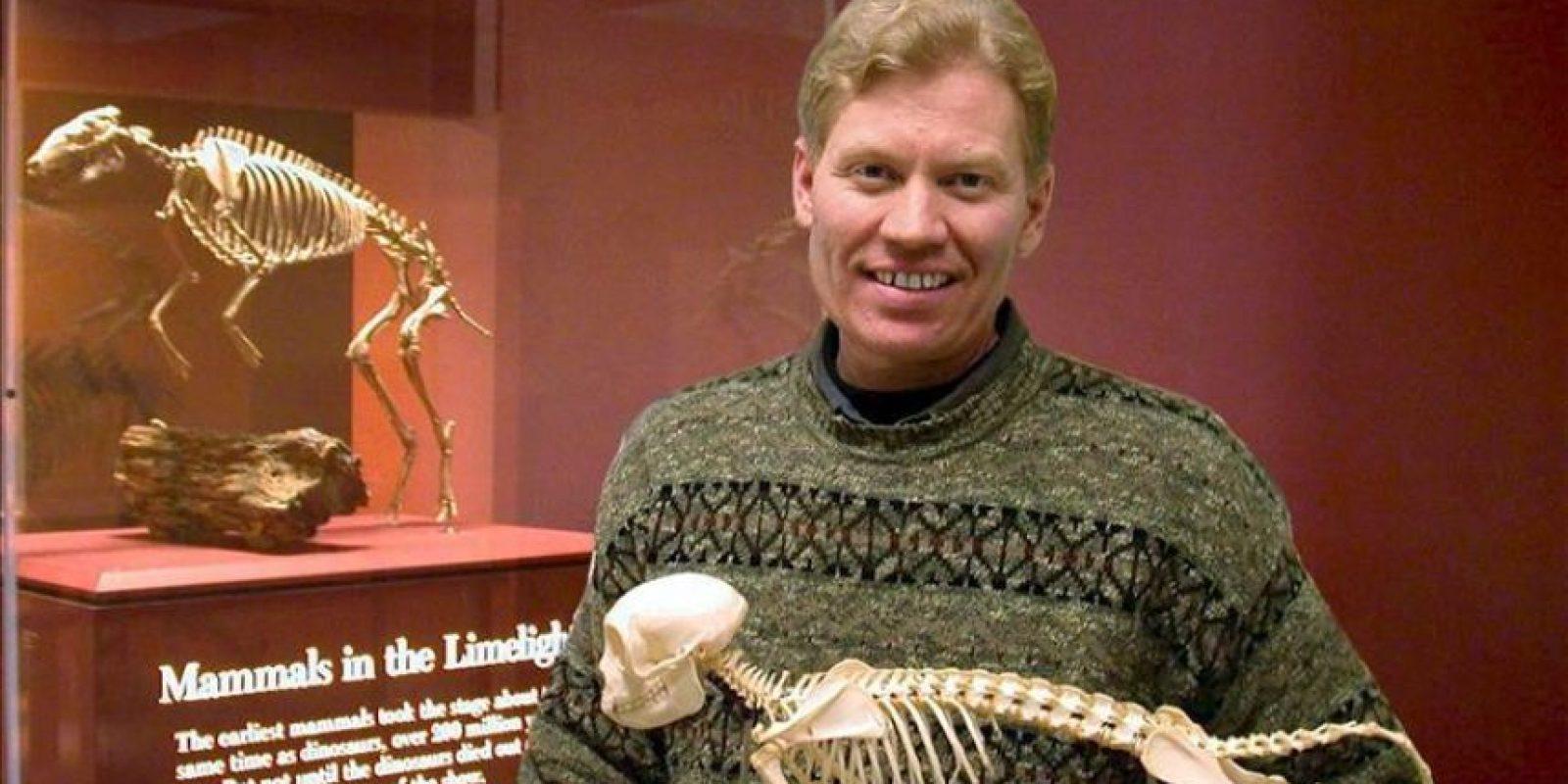 Imagen cedida este 23 de febrero, muestra al profesor Ross Secord, de la Universidad de Nebraska-Lincoln, quien junto al profesor Jonathan Bloch, de la Universidad de Florida realizó una investigación sobre los caballos primitivos llamados Sifrhippus. EFE