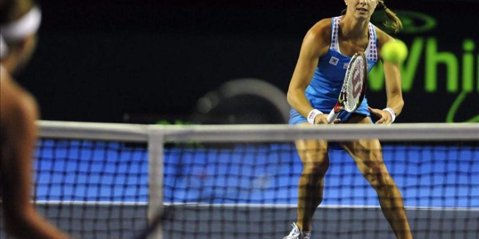 La tenista de Luxemburgo Mandy Miella devuelve una bola a Yaroslava Shevedova de Kazajistán este jueves 23 de febrero de 2012, en el cuarto día del Abierto Femenino de Monterrey en México. EFE